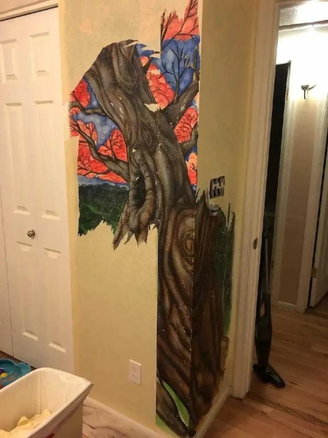 傑克曼的小貓將房內壁紙抓毀,意外揭開牆上的彩繪山水壁畫。(取自臉書)