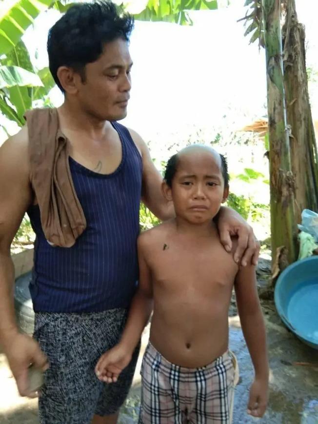 菲律賓一名少年在爸爸的「巧手」下,被剪成地中海髮型。圖/Facebook