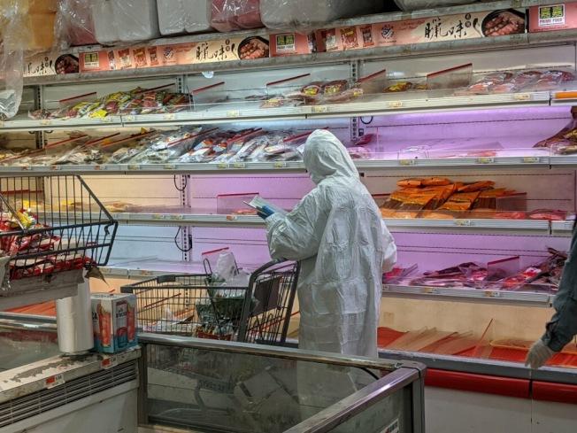 法拉盛超市28日可見許多「全副武裝」民眾入內購物。(記者賴蕙榆/攝影)