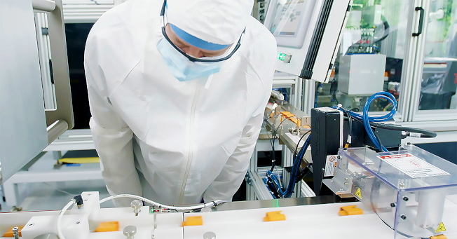 Abbott公司開發的快速檢測器,可以當場得知檢測結果。(歐新社)