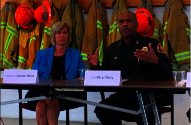 洛縣消防局局局長Daryl Osb(右)呼籲民眾支持FD提案,但提案基本失敗。(本報資料照片)