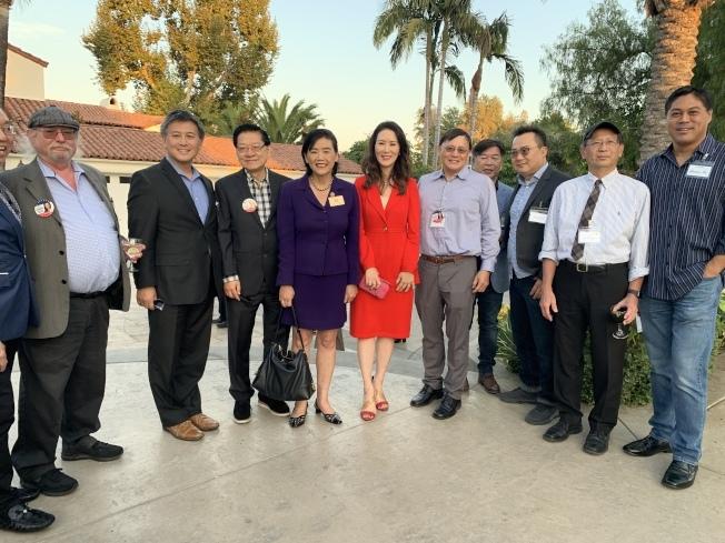 華裔候選人劉馨儀(左五)競選得到國會眾議員趙美心(左四)等嘉賓背書,如今順利當選洛杉磯高院法官。(本報檔案照)