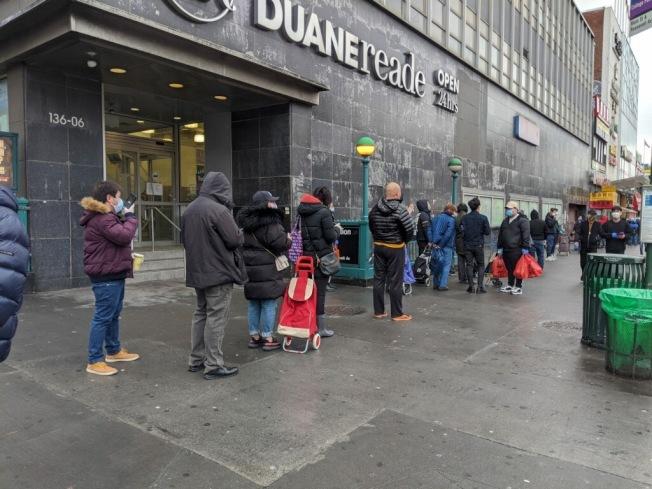 因風聞眾多華人超市下周將停業,大批民眾28日排隊搶購。(記者賴蕙榆/攝影)