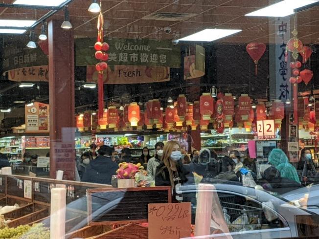 擔心華人超市響應關閉,中美超市28日也迎來大批的顧客。(記者賴蕙榆/攝影)