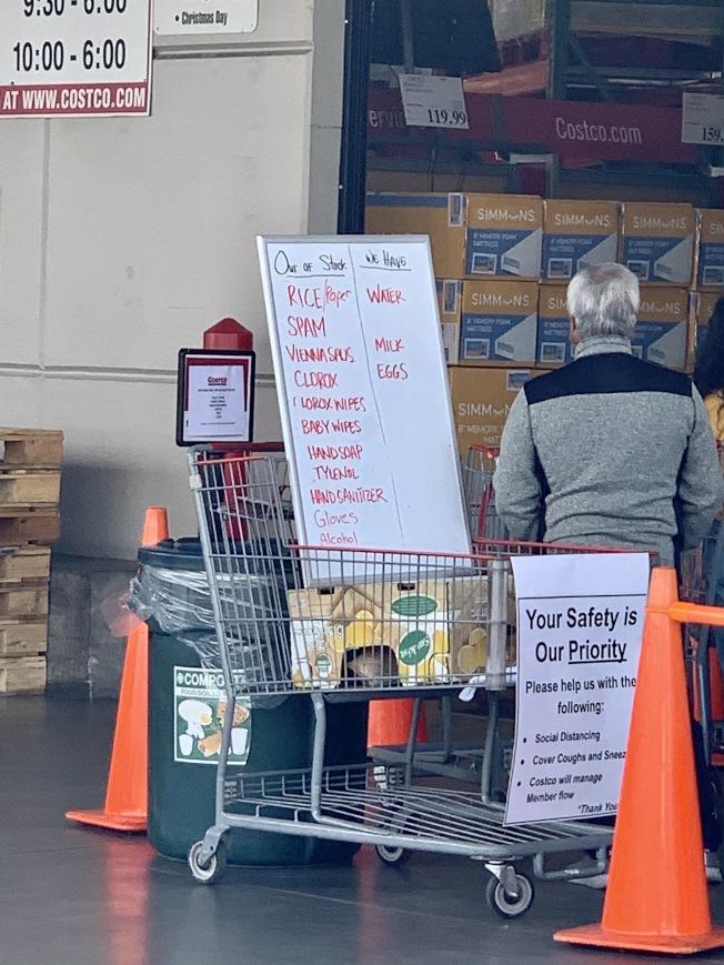好市多在門口用白板列出缺貨商品,並公告安全建議。(記者陳開/攝影)