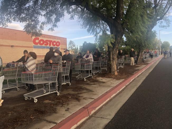 20日上午約8時,好市多門口聚集大量排隊民眾。(讀者提供)
