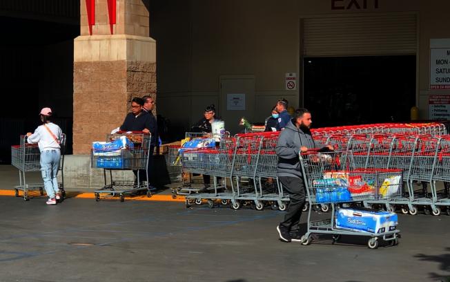衛生紙等不退貨產品,許多民眾仍堅持購買。(記者陳開/攝影)