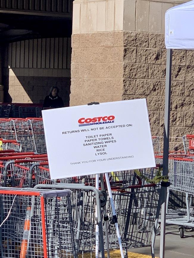 好市多在門口寫明不接受退貨商品的種類。(記者陳開/攝影)