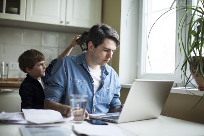 在家工作有許多好處,也有難以避免的干擾。(Getty Images)
