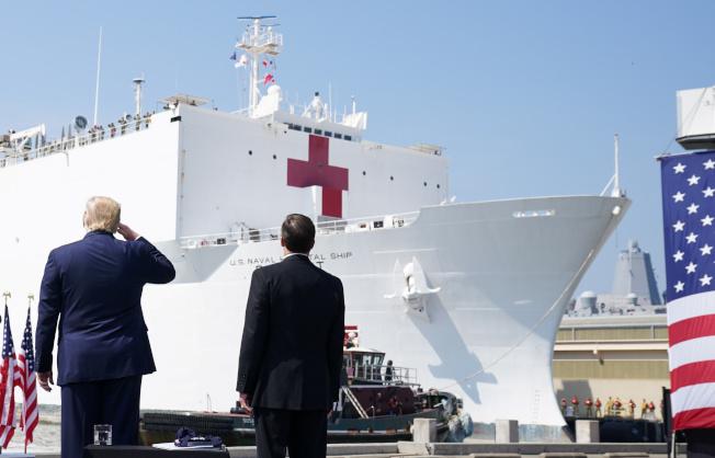 川普總統趕往維州諾福克軍港,為醫院船「安慰號」送行,「安慰號」將駛入紐約港協助抗疫。(路透)