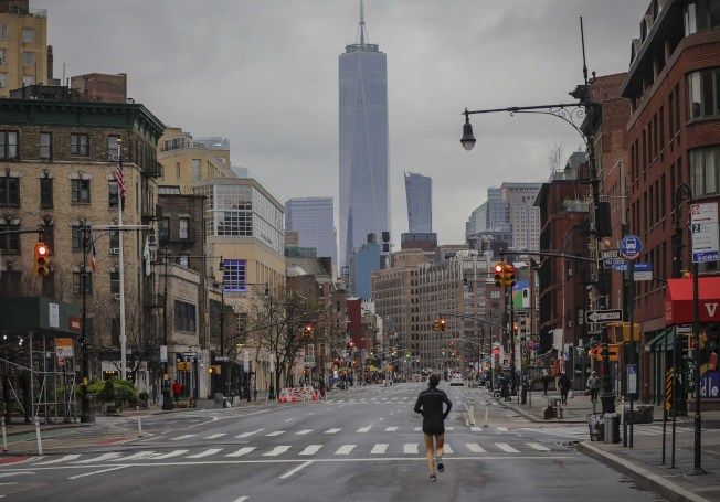 美國疾病管制和防治中心28日晚間敦促紐約、紐澤西和康乃狄克等三州「避免非必要的國內旅遊」,即刻生效,為期14天。圖為空蕩蕩的紐約第七大道。美聯社