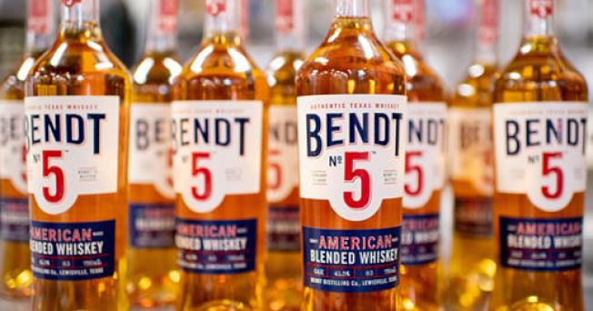 達拉斯本特威士忌酒廠全面停止正常作業,改為製造潔手液。(本特酒廠臉書)