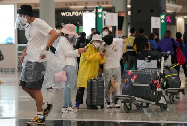 香港3月28日新增64宗新型冠狀病毒確診個案,其中47人有外遊紀錄,包括27名英國返港留學生。圖為3月18日大批學生從境外返回香港。(中通社資料照片)