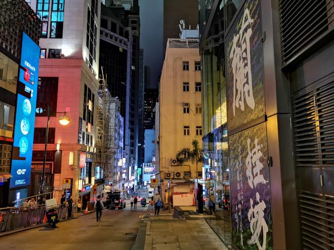 疫情衝擊香港餐飲業,蘭桂坊一帶冷清清。(新華社)
