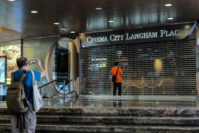 3月28日,位於旺角朗豪坊的電影院貼出關門告示。香港特區政府早前公布,將由28日下午6時起,關閉6類場所,包括公眾娛樂場所、遊樂場所等,措施為期14日。(中通社)