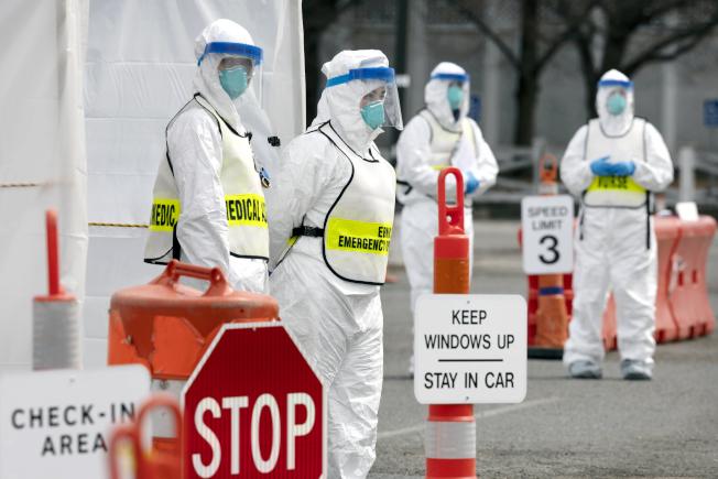 麻州宣布進入緊急狀態,圖為醫療人員在波士頓市區設立路邊檢測站。(美聯社)