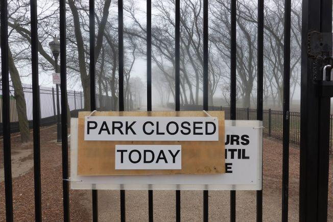 專家預測,下一波疫情將往美中及美南發展。圖為芝加哥一個湖濱公園已經關閉。(Getty Images)