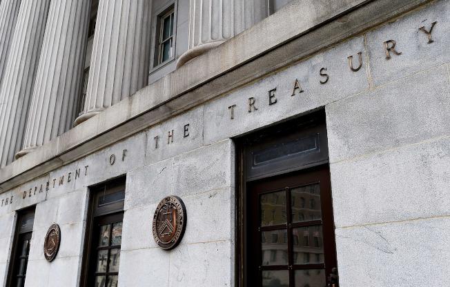 國會通過2兆元紓困方案,財政部將很快送出現金,濟助國民。(Getty Images)