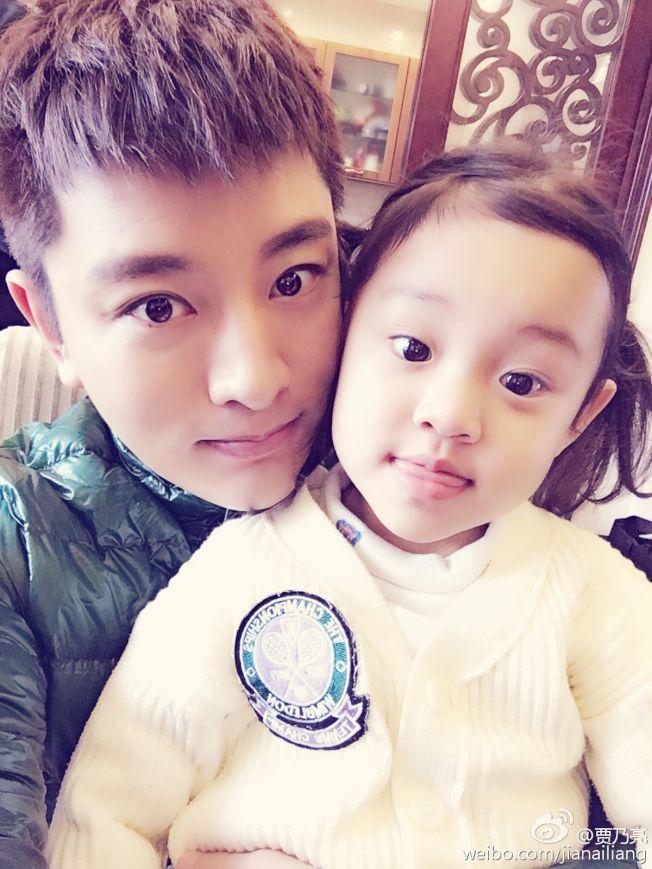 甜馨2歲時曾跟賈乃亮一起登上節目《爸爸回來了》。(取材自優酷)