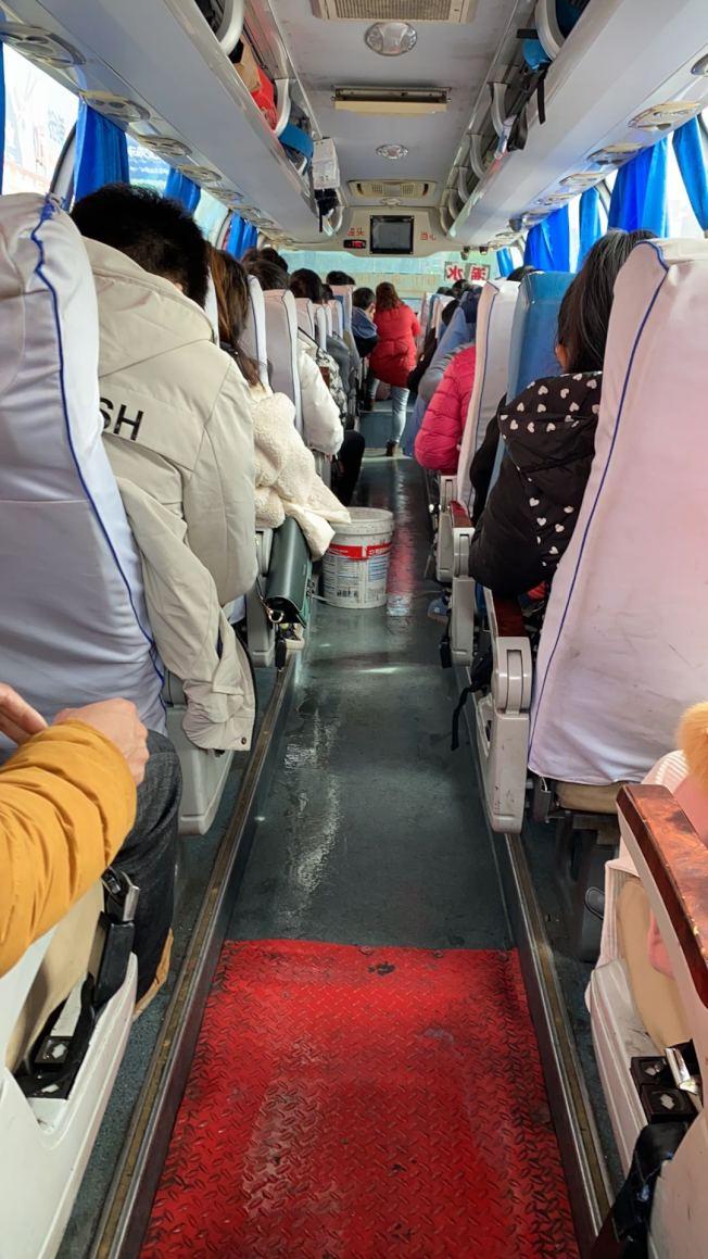 滯留湖北的幼幼,28日和另外八個台灣人坐11個小時省際客運,從湖北黃岡趕往上海。當天湖北下大雨,車上走道濕成一片。(圖:讀者提供)