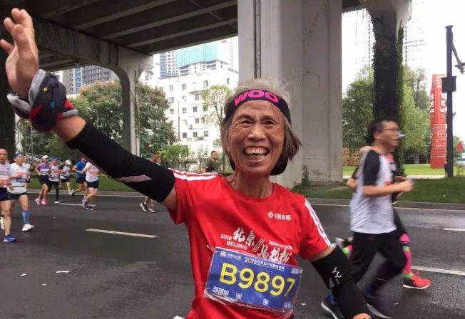 去年10月的成都馬拉松上,邱國珍以3小時57分07秒的成績完賽,排名年齡組第一。(取材自知乎)
