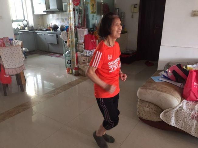 67歲的邱國珍因在家繞客廳跑49公里而走紅網絡。(取材自南方都市報)