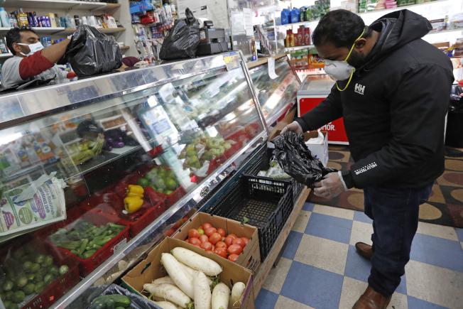 在紐約布魯克林一家超市,顧客和店員均戴著口罩。(美聯社)