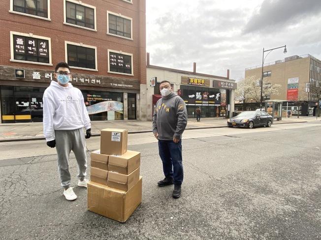「友情客串」捐贈大批抗疫物資給警員和醫護人員,左為陳磊。(「友情客串」提供)