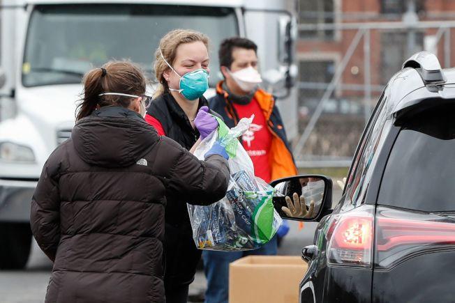 29日在芝加哥,一女子捐贈一袋口罩給醫護人員。(Getty Images)