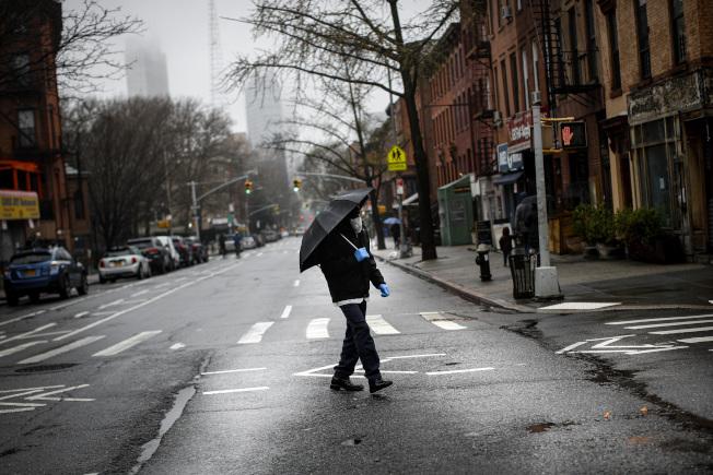 29日,紐約布魯克林,一路人戴著口罩、手套行走。(美聯社)