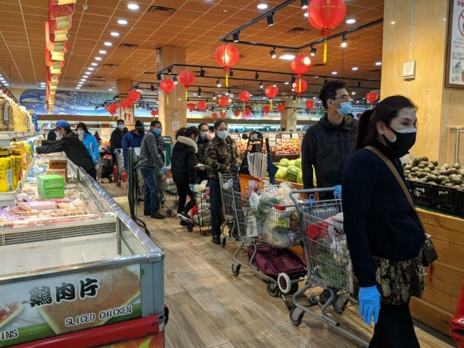 多間華人超市將於近日暫停營業,導致不少民眾憂心買不到食物排隊購物。(記者顏嘉瑩/攝影)