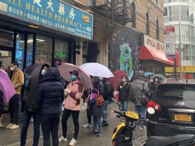 長長人龍在雨中站的等待進入超市購物。(讀者張Julie提供)