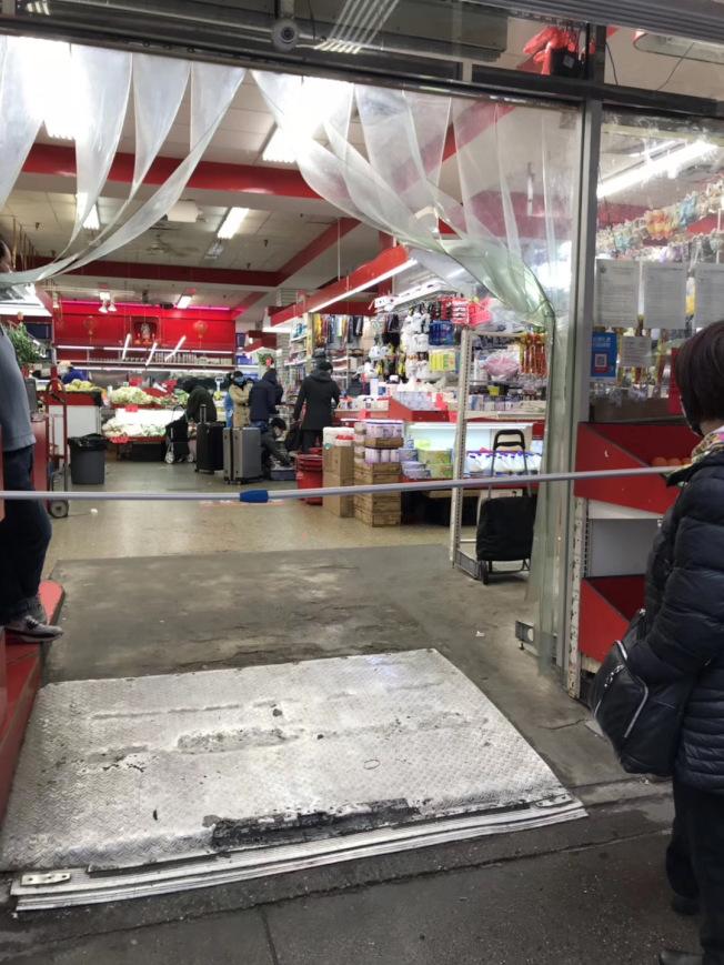 香港超市控制人流,確保購物者安全。(讀者陳Anita提供)
