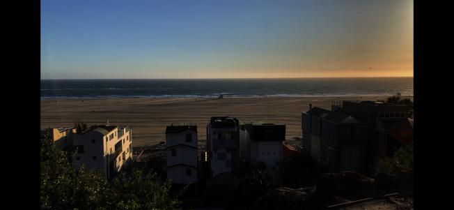 洛縣最嚴禁令27日生效,聖塔蒙尼卡海灘遠望空無一人。(記者啟鉻/攝影)