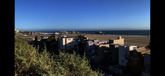 洛縣最嚴禁令27日生效,聖塔蒙尼卡海灘28日遠望空無一人。(記者啟鉻/攝影)