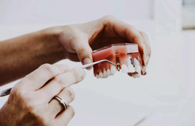 根據洛縣政府的「非必要商業」規定,牙科及驗光科的醫療行業仍被列為「必要商業」,不過多數開門的診所只收「有緊急狀況」的病人。(unsplash.com)