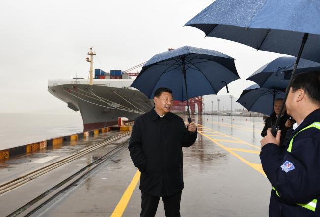 中國國家主席習近平(左)考察過程中摘下了口罩。(新華社)