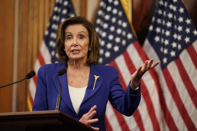 眾院議長波洛西29日抨擊川普總統抗疫不利,讓百姓受害。圖為波洛西27日通過紓困法案的記者會上。(美聯社)