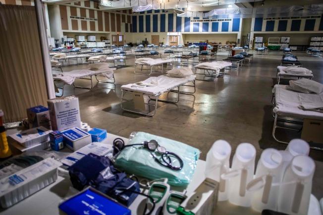 加州印地歐市29日搭建起臨時醫院。(美聯社)