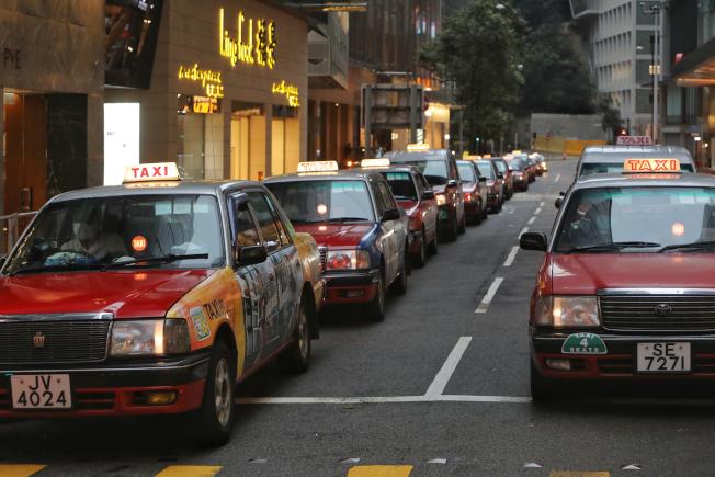 3月29日凌晨起,禁止四人以上人群聚集的「限聚令」生效。中環街頭人流稀少,金鐘至中環一帶的士站均出現「車等人」的長長車龍。(中通社)