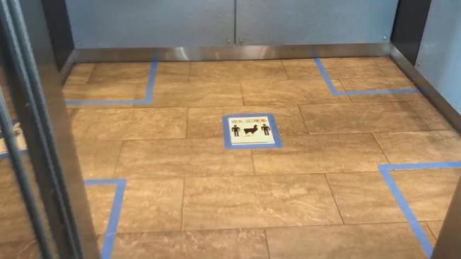 公寓電梯劃出四個角落,讓房客保持安全距離。(FOX4電視台)