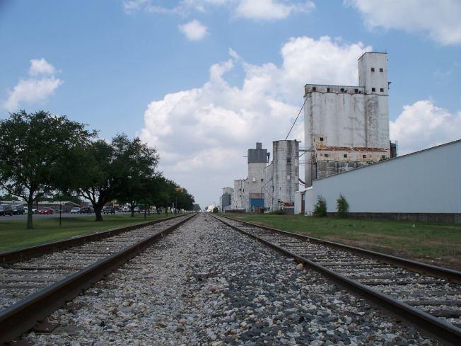密蘇里-堪薩斯-德克薩斯鐵路鋪設鐵軌工程通過昔稱「甘蔗島」區域。(市府臉書)