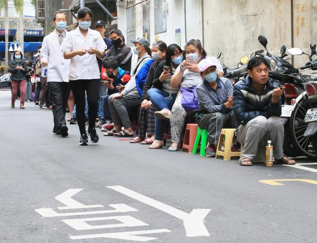 指揮中心指揮官陳時中29日表示,考慮研擬適當社交距離,違規予以罰鍰。圖為藥局外排隊買口罩的隊伍。(記者潘俊宏/攝影)