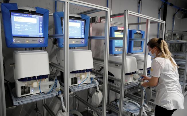 美國呼吸器嚴重不足,醫生必須面臨該給誰用的道德掙扎。圖為瑞士一家藥廠的呼吸器。 (路透)