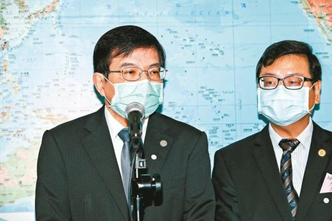交通部次長王國材(左)上午受訪時表示,目前對於相關接觸過的立委、交通部及觀光局跟該長官開會過者都會進行調查。 記者曾原信/攝影