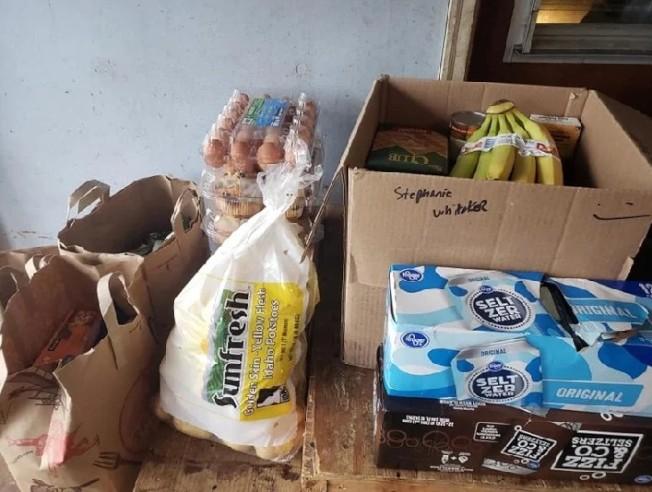 史黛芬妮留給自己的只有垃圾袋、一瓶酒、一袋馬鈴薯、沙拉、咖啡及一箱啤酒。圖擷自臉書