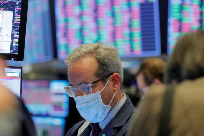 美國總統川普29日表示將延長「保持社交距離」的全國性指導原則到4月底,幫助美股延續上周漲勢,今天早盤繼續走高。(路透)