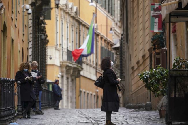 根據中國派到義大利提供醫療建議的專家,義大利的居家隔離策略重蹈武漢的早期錯誤,應改為大規模隔離新冠肺炎輕症病患,而不只是讓他們待在家裡。美聯社