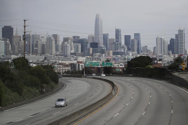加州新冠肺炎持續擴散,感染病毒患者住院人數,在過去四天增加近一倍。圖為舊金山101號公路。(美聯社)