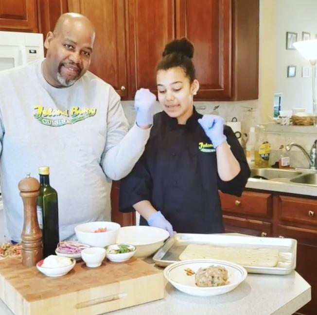 華府廚師亨利(左)在Instagram發布和女兒的疫區做菜視頻。(Instagram截圖)